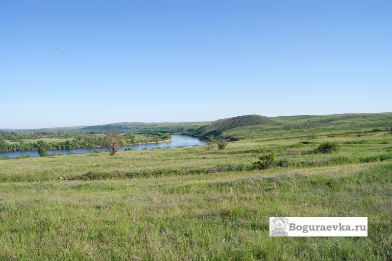 Вид с поля на реку Северский Донец и на горы Две Сестры