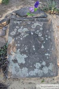 Старая могильная плита из песчаника